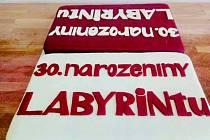 Připraven je také narozeninový dort.