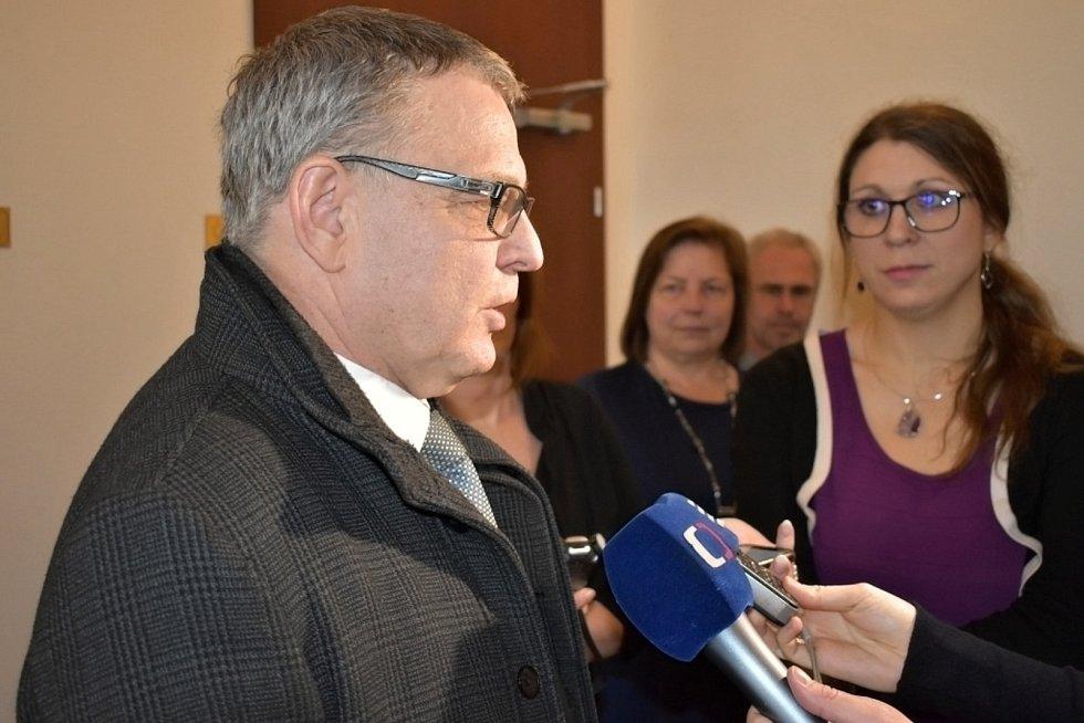 Ministr Zaorálek přijel do Lidic uklidnit napjatou situaci, s místními se sešel u kulatého stolu.