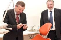 Vybavení zubních ordincí v bývalých kasárnách Lidice si se zájmem prohlédli kladenský primátor Dan Jiránek a jeho náměstek Miroslav Bernášek (vlevo).