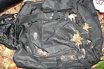 Batoh nalezený u kosterních pozůstatků v lese mezi Smečnem a Libušínem-Důl.
