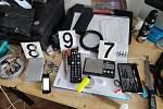 Policiejní fotografie z úspěšného zátahu na varnu drog, která byla ukryta v jednom z pražských bytů.