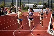 Ženská štafeta dobíhá na první místě.