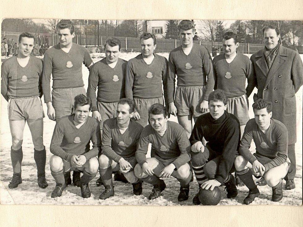 Legenda slánského fotbalu Josef Knespl (vpravo nahoře) s týmem ČKD Slaný
