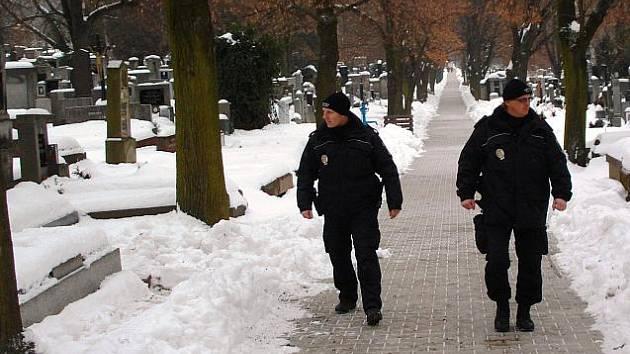 Kvůli bezdomovcům a zlodějům strážníci v zimních dnech častěji kontrolují zahrádkářské kolonie a hřbitovi.