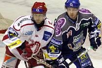Jaroslav Kalla (vpravo) jede do Vítkovic v pozici nejlépe střílejícího hráče Kladna.