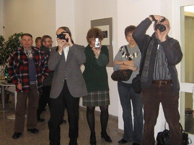 Autor fotografií se tentokrát na vernišáž své výstavy nedostavil. Přišla však řada hostů, kteří si vystavené snímky s chutí prohlédli.