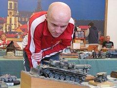 NA MODELÁŘSKÉ VÝSTAVĚ v Dělnickém domě lidé obdivovali tanky, letadla, lodě, diorámy nebo například figurky.