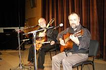 Otec a syn Rakové při koncertu v Kladně. Štěpán Rak vlevo.