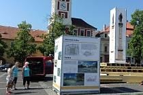 Na Masarykovo náměstí ve Slaném byla dočasně umístěna maketa sloupu.
