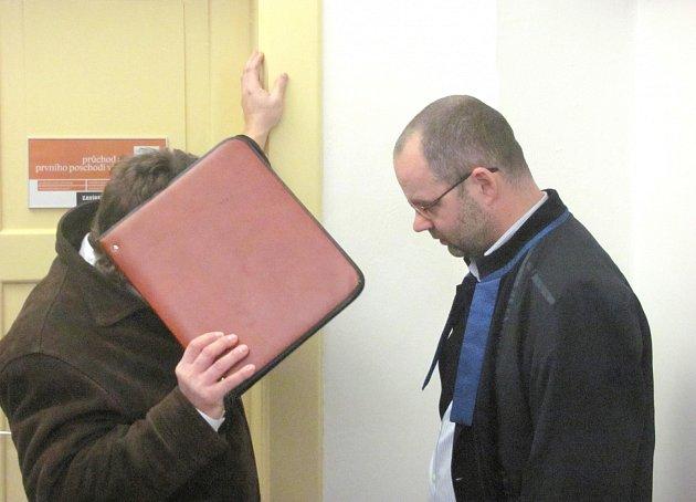OBŽALOVANÝ MUŽ se před přítomnými novináři na chodbě soudu pečlivě skrýval. Jeden z jeho obhájců, Jan Bacílek, byl s rozsudkem vcelku spokojen, byť navrhoval zproštění obžaloby.