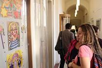 Středeční zahájení výstavy Olgy Sarköziové.