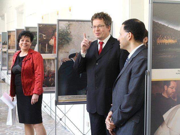 Zahájení výstavy Papež ve Svaté zemi ve vstupní chodbě Knihovny Václava Štecha ve Sllaném