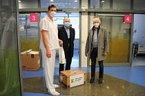 Zdravotníci z první linie dostali od kladenské teplárny dárky.