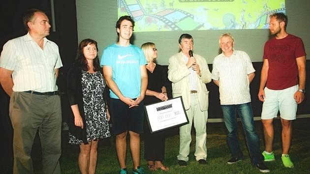 Josef Čadík - provozovatel kinematografu (druhý zprava), profesor Martin Bojar - člen správní rady Konta Bariéry (třetí zprava), Julie Růžičková - zástupkyně Konta Bariéry (uprostřed).