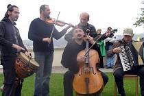 Skupina Čechomor při netradičním koncertě na svatbě v zahradě kladenského zámku.