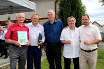 Autoři knihy Družec v běhu času - zleva Vladimír Drvota, uprostřed Miroslav Oliverius a druhý zprava Václav Vodvářka.