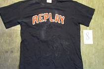 Toto černé tričko je jedno z mnoha dalších, které mladý zloděj ukradl na jednom z kladenských balkonů.