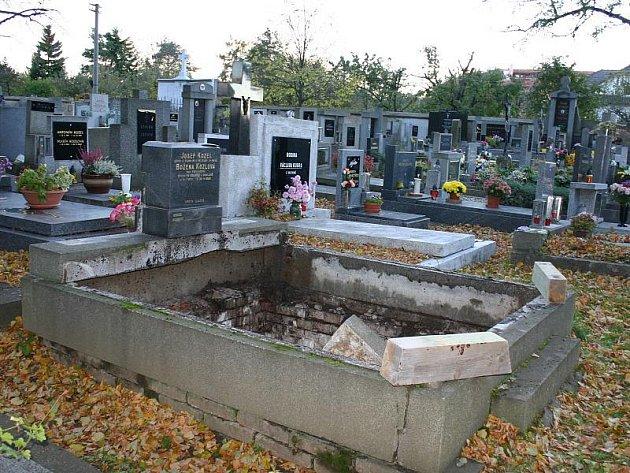 """V útrobách této hrobky na hřbitově v Hostouni u Kladna skončili tři řemeslníci. """"Jedná se o pracovní úraz,"""" vyjádřila se kladenská policejní mluvčí Jana Dětská."""