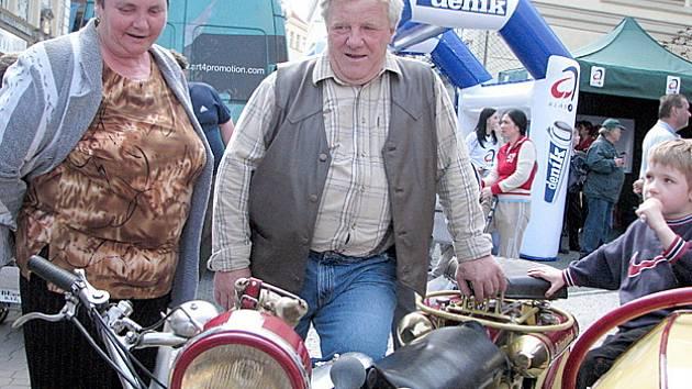 Milovníka historických motocyklů Václav Slovák je nejen stálý spolupracovník Kladenského deníku, ale dnes se svým nejdelším motocyklem světa značky Bohmerland zúčastnil tradičního setkání v Krásné Lípě.