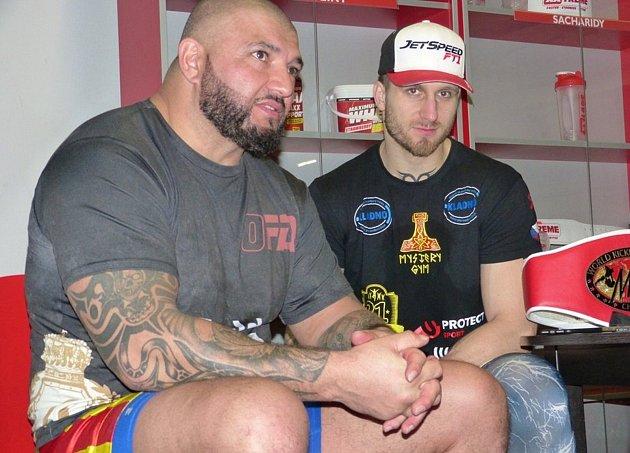 Kladenský bojovník Jakub Ibl (vpravo) kdysi zakládal svůj Mystery Gym za pomoci slavného Alexe Cverny.