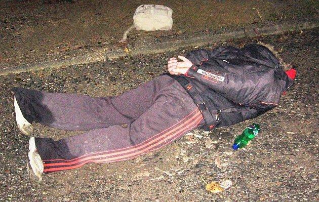 Lupič skončil na zemi s pouty na rukou.