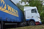 Na silnici u Velvar se zapíchnul kamion kabinou do příkopu.