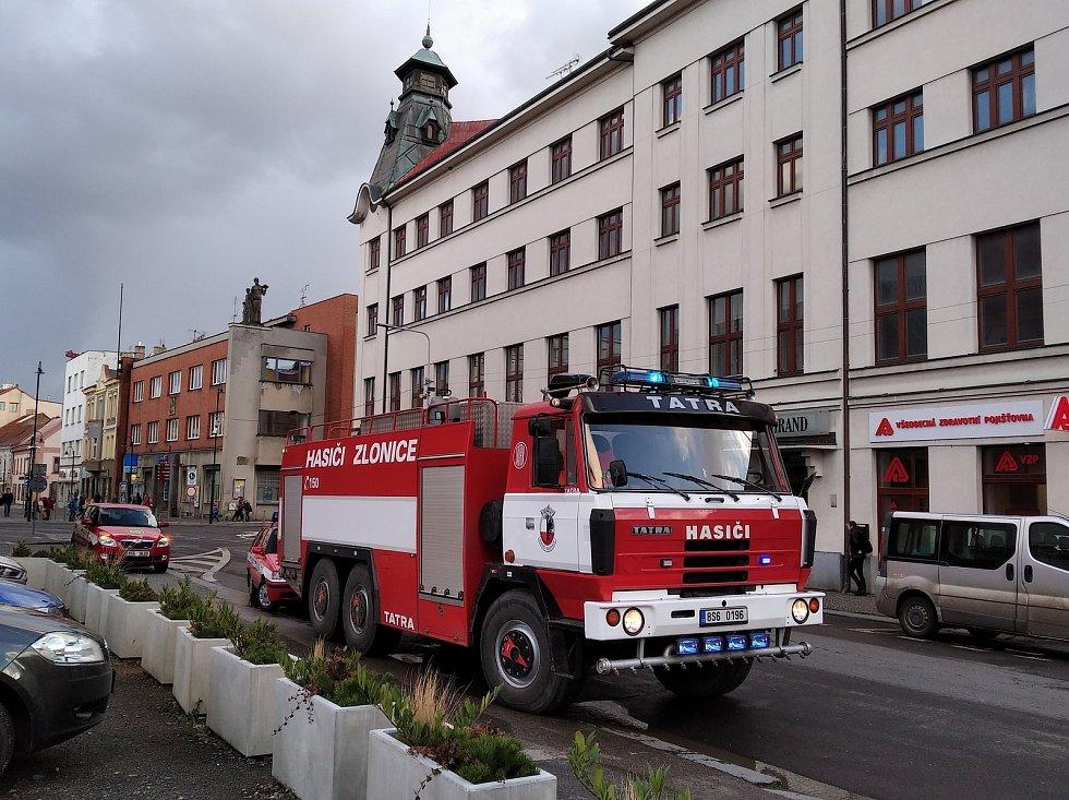 Vichr poškodil plechy na střeše Městkého centra Grand ve Slaném. Hasiči zde pracovali řadu hodin až do tmy. Vichřice porazila i oplocení  u domu ve Štefánikově ulici.