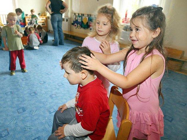 Veš dětská žije pouze v lidských vlasech. Ochránit se před jejím výskytem je prakticky nemožné, podle zkušeností je účinná pouze pravidelná kontrola vlasů.