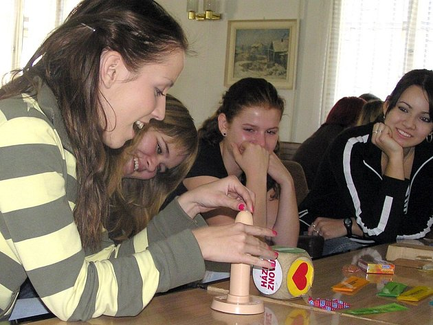 Studentky zdravotnické školy si vyzkoušely správné nasazování prezervativu.