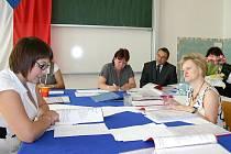MATURITY VE SLANÉM byly i pro ministra školství Josefa Dobeše (VV) ve čtvrtek premiérou. Jak se svého úkolu zhostili studenti slánské obchodní akademie, se přesvědčil ve IV. A