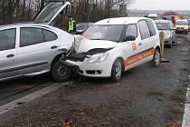 Nehoda několika osobních automobilů dnes krátce po půl sedmé ráno zablokovala rychlostní silnici R7 ve směru na Prahu.
