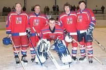 Hokejoví veteráni Kladna v národním dresu: Zleva Milan Nový, Martin Kuthan, Marcel Kučera, Zdeněk Eichenmann a Vladimír Kameš.