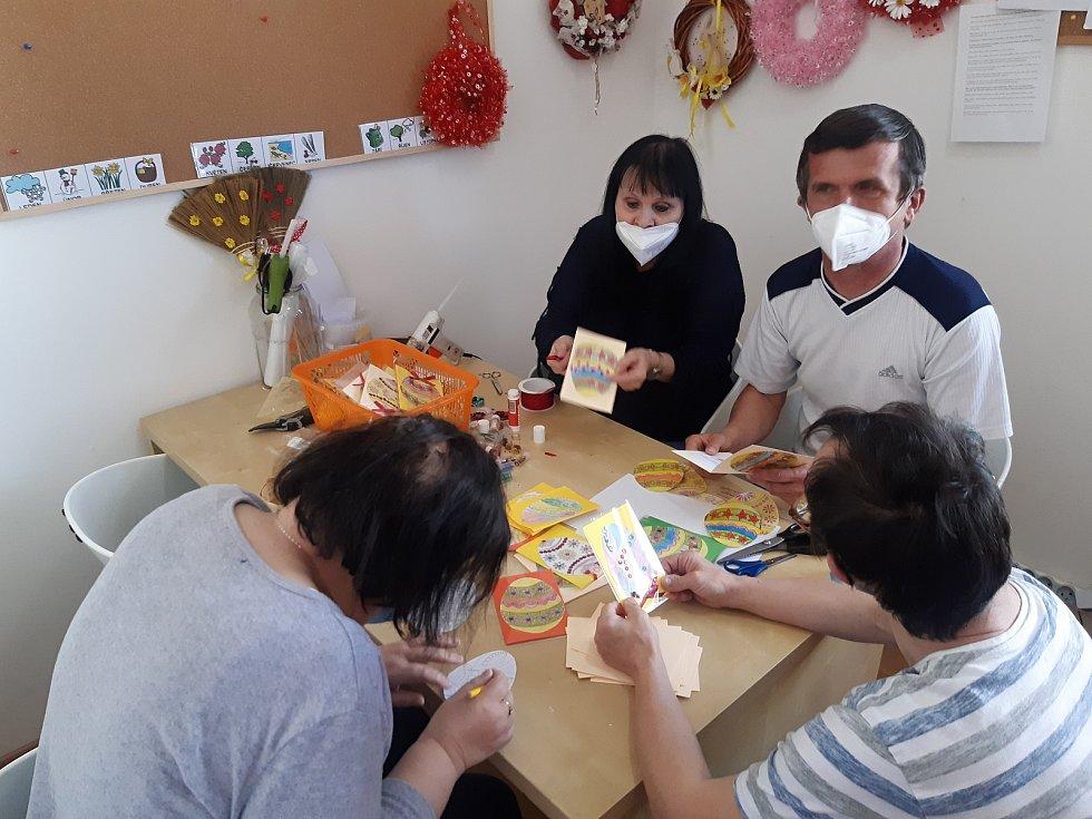 Klienti a zaměstnanci Centra služeb Slunce všem a Domova dobré vůle se připravují na Velikonoce.