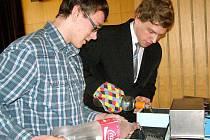 Studenti Lukáš Dastych a Michal Habrcetl při přípravě na svou prezentaci.