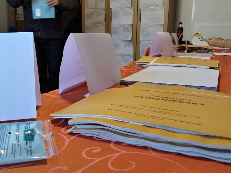Volby ve Slaném, okrsek v Tomanově ulici- v pátek 8. října hodinu po otevření místností.