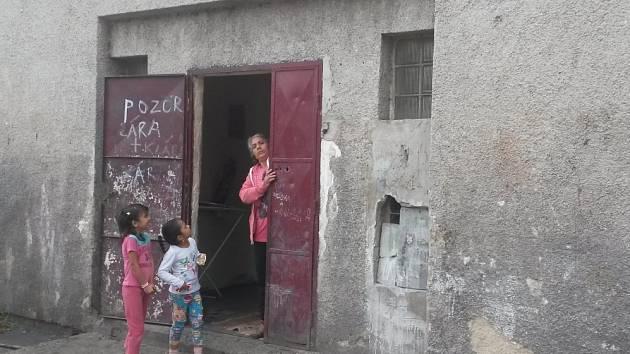Ubytovna v Kladně-Dubí v areálu fotbalového hřiště, kde se mladí muži na svatbě poprali s noži.