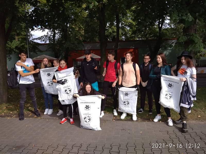 Střední škola designu a řemesel Kladno při akci Ukliďme svět.