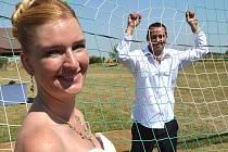 PŘÍMO VE VELKÉM VÁPNĚ fotbalového hřiště SK Stehelčeves se v sobotu uskutečnila neobvyklá svatba. Nevěsta Martina a ženich Martin, hráč SK Stehelčeves, si společně se svou šestiletou  dcerkou, rodinou a fotbalovými kamarády užili svůj velký den.