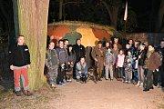 Světla nad bunkry u řopíku ve Smečně. Akci zde uspořádala Společnost patriotů Slaného.