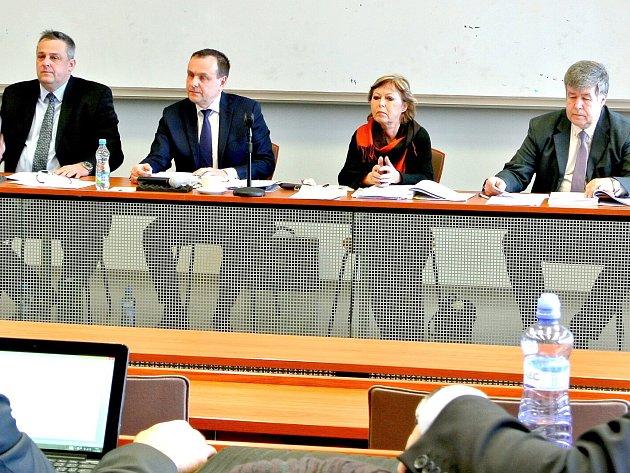 NEJUŽŠÍ VEDENÍ MĚSTA KLADNA při středečním  jednání zastupitelů. Zleva: primátor Milan Volf a jeho náměstci Přemysl Mužík (oba Volba pro Kladno), Eva Švábová  (ANO 2011) a Vladimír Moucha (KSČM).