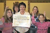 Žáci školy v Brjanské ulici se zástupkyní ředitelky Libuší Netušilovou.