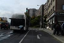 Kouřící autobus v ulici Petra Bezruče v Kladně na křižovatce vedle divadla.