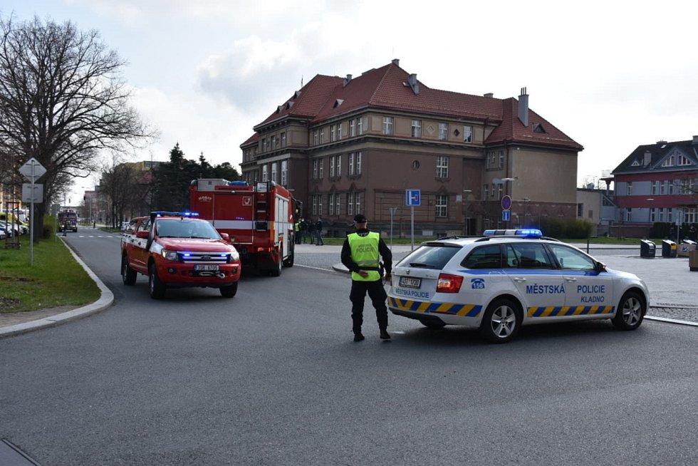 Policisté za asistence strážníků uzavřeli v Kladně i příjezdové komunikace k soudu, než bude prohledána budova.