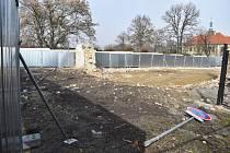 Výstavba Rezidence U Zámecké zahrady v sousedství Kladenského zámku stále zeje prázdnotou.