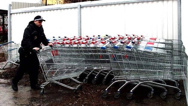 Strážníci po Kladně posbírali před padesát nákupních vozíků.