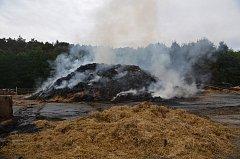 Pět jednotek hasičů likvidovalo požár stohu v Horní Kamenici.