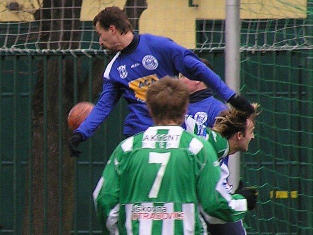 Zkušený Peter Drozd (v modrém) pomáhal béčku Kladna do konce sezony.
