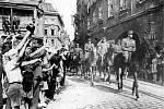 Plukovník gšt. Jaroslav Selner vjíždí včele své brigády na Staroměstské náměstí v Praze při slavnostní přehlídce 17. května 1945.