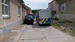 V Hradečně byla nalezena mrtvá žena, zřejmě ji zavraždil syn.