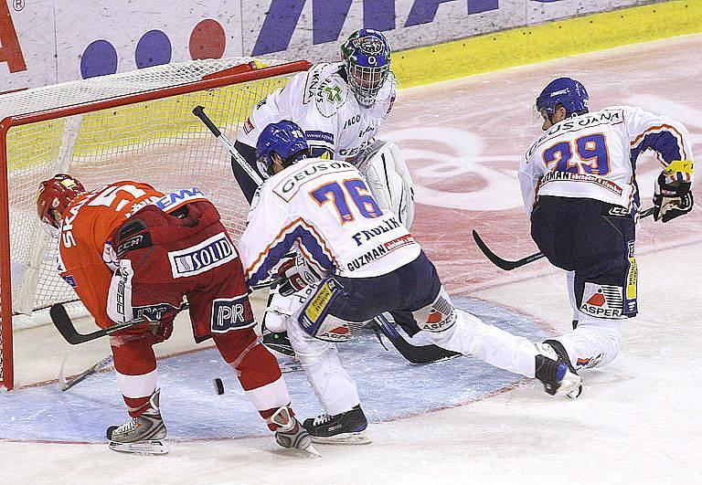 Tomáš Žižka dokázal protlačit puk za Kopřivu, rozhodoval videorozhodčí.